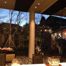夜はお庭がライトアップされて、素敵です。