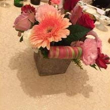 ゲストのテーブルのお花もかわいい