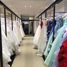ドレスが並んでいます