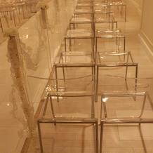 協会は透明な椅子が綺麗でした。