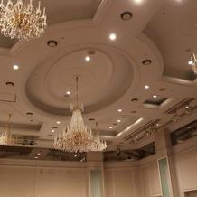 天井は高く、シャンデリアが素敵です。