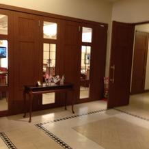 披露宴会場待合室左側の雰囲気