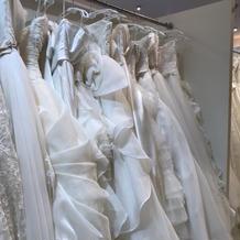 ウエディングドレスは沢山あり。