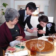 マジシャンは各テーブルを回ります!