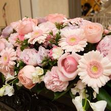 淡いピンクの花で飾られたメインテーブル