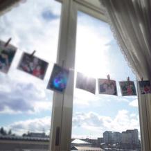 窓には写真を貼った