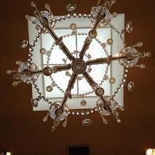ブライズルーム天井 シャンデリアと天窓