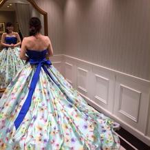 後ろ姿と、プリントが可愛いドレスでした