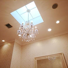ブライズルーム天井。天窓から自然光。