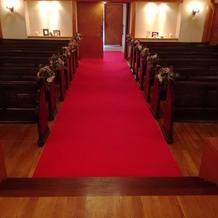 ウェディングロードは真っ赤な絨毯