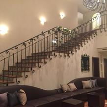 ロビーの階段とシャンデリアも素敵。