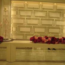 白い会場は、花の色で自分好みの雰囲気に