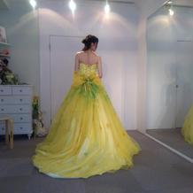 いろんな色のドレスがあります!
