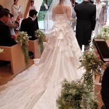 白ドレスの後ろ姿