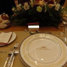 高座のテーブル