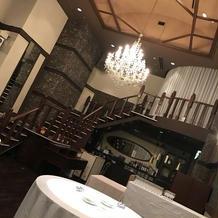 シャンデリアと階段が特徴の披露宴会場