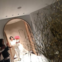 模擬結婚式で巨大クラッカーのサプライズ