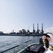 船で工場をバックに記念撮影!