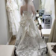 ロイヤルウェディングの様なドレスです。