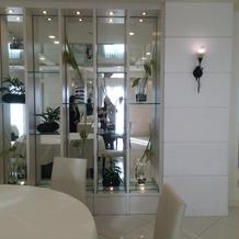 鏡と白い壁で明るい会場