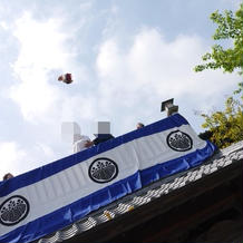 屋根からブーケトス