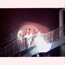 キラキラの大きな階段から披露宴会場入場