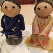 ケーキの上に飾った当日着た衣装の人形