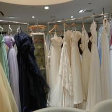 様々なドレスです。