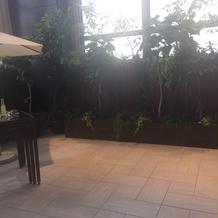 バリ風の会場・階段下の小広場