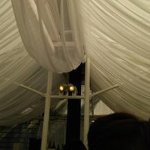 会場の天井は謎の布が垂れてます