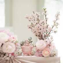 小物等も使い素敵な装花仕上げてくれます