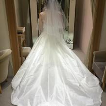 ウェディングドレス後ろから