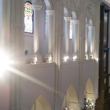 チャペルの左右の壁にもステンドグラス