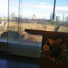 チャペル祭壇のガラス越しにも大阪城