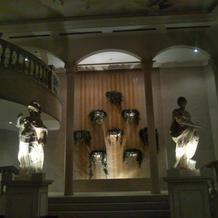 チャペル内祭壇の左右にある像