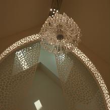 チャペル天井のシャンデリア