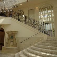フラワーシャワーの出来る階段。