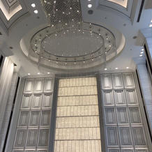 天井の高いクリスタルチャペル