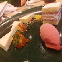 ウエディングケーキとデザートプレート