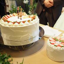 ウエディングケーキとリングピロー