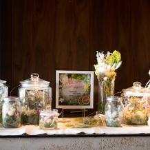 手作りの瓶とお花とライトでゲストを迎え