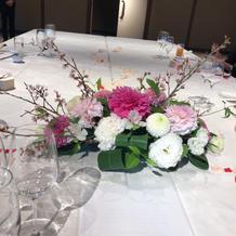 テーブルのお花メインの所。