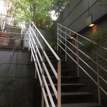 地下披露宴会場から1Fへの外階段