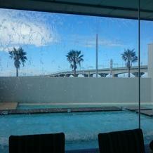 待合室の正面にプールが見え綺麗です