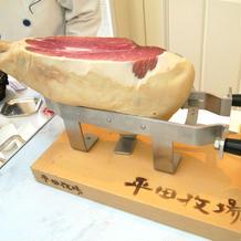 立食パーティー会場ではお肉サーブあり