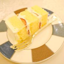 カットされたウエディングケーキ