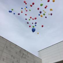 みんなで一斉に風船を飛ばす演出があります