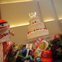 ウエディングケーキに誕生日のロウソク