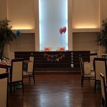 お花を飾る前の披露宴会場