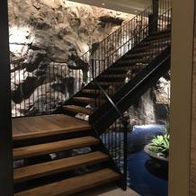 地下の会場に続く階段。後ろには滝も!